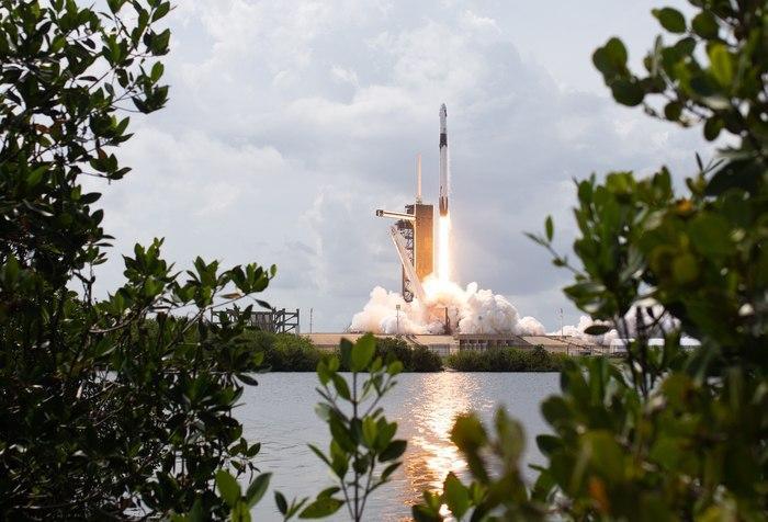 Успешный запуск астронавтов в космос на корабле Crew Dragon 2